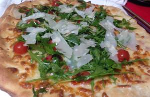 Pizza Tomates cherry , Rúcula y Láminas de Parmigiano